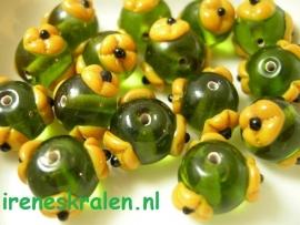 GG 108  Groen rond met bloem, 12x15mm