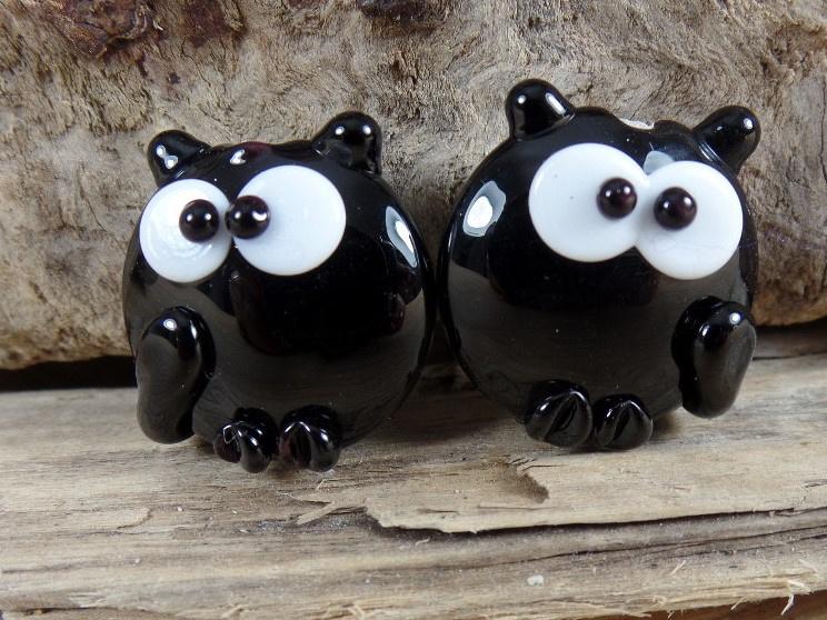 IKZW0026: Set van 2 Katten Zwart Dubbelzijdig, ca 18mm