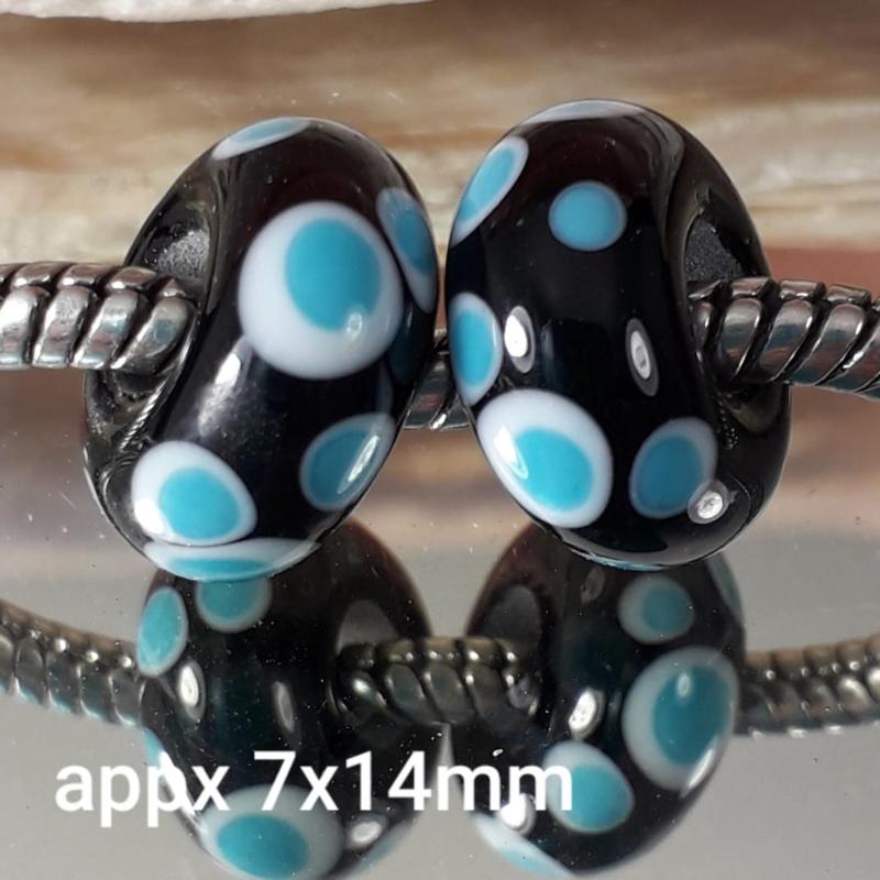 IKOC0002: Set van 2x GrootGatKraal Zwart & Turquoise, ca 7x14mm