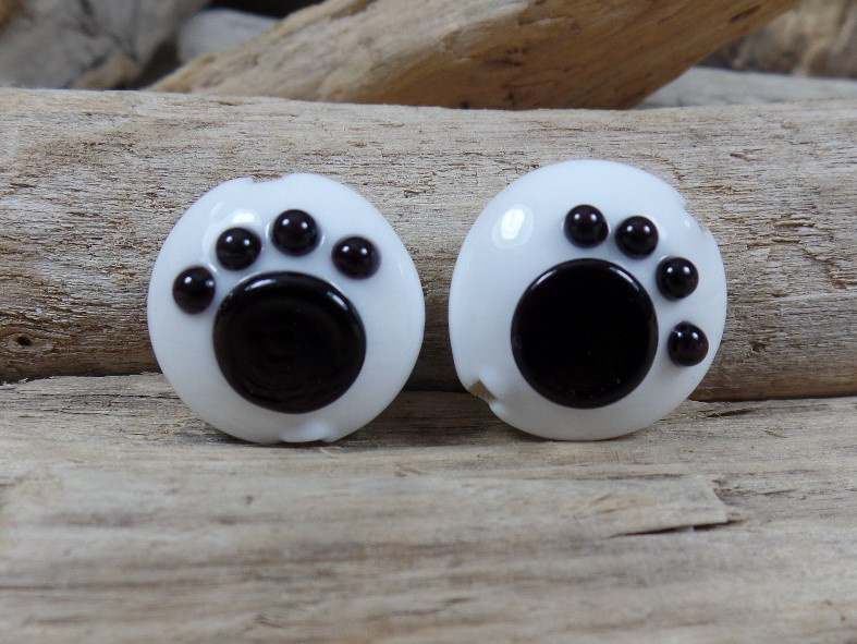 IKZW0131: Pair Lentils with Paw, White & Black DoubleSided, appx 19mm