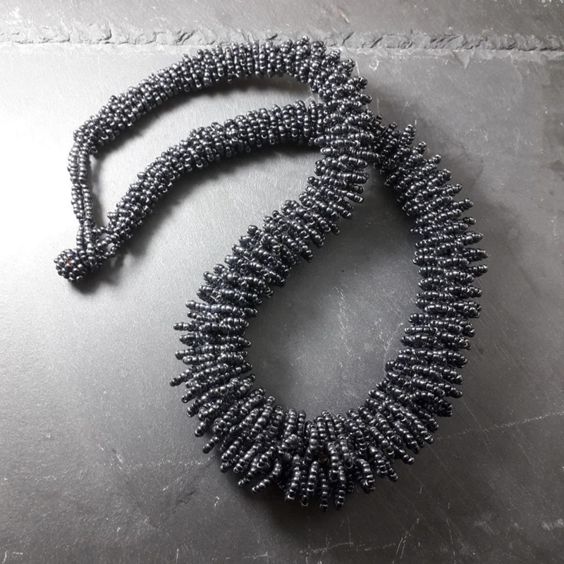 ZW0001: HalfLange Zwarte Ketting GlasKraaltjes