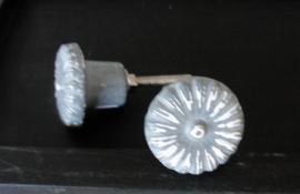 Brocante knop bloem grijs