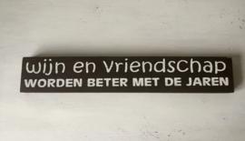 Tekstbord wijn en vriendschap...