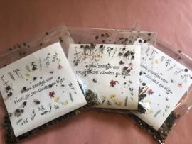 Zakjes en glazenbuisjes met bloemzaadjes voor blije bijen met eigen woonplaats