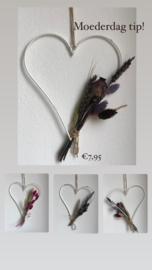 Wit ijzeren hart met droogbloemen
