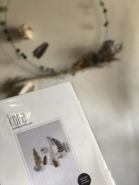 Krans met droogbloemen en 3 papieren bloemen van Jurrianne Matter