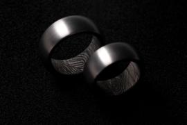 Vingerafdruk ring / Carbon binnenzijde en Titanium buitenzijde