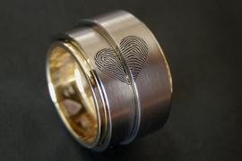 Titanium vingerafdruk ringen met gouden binnenzijde