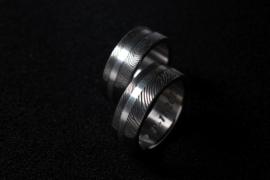 Vingerafdruk ringen gemaakt in Titanium met zilveren band