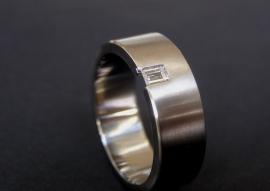 Titanium ring met baguette geslepen diamant / 7m breed
