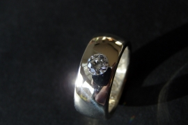 Zilveren ring met witte steen