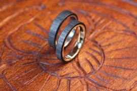 Carbon ring met gouden binnenzijde of Titanium binnenzijde