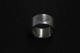 Brede Titanium ring met 2 vingeradrukken die tegen elkaar zijn gezet <3