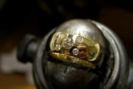 Geelgouden ring met champange kleurige diamant met 4 witte diamanten.