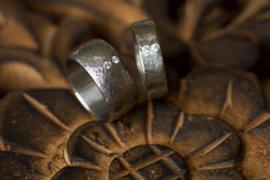 Titanium hamerslag ringen met diamant