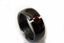 Zirkonium ring met rode Pyroop