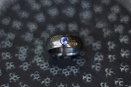 Zirkonium zwarte ring met blauwe saffier