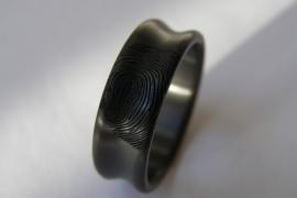 Zirkonium ring met vingerafdruk (hollend)