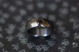 Zwarte zirkonium ring met zwarte saffier