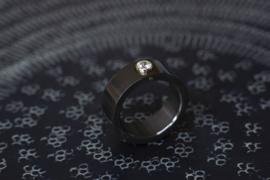 Zwarte ring met gouden zetting en diamant