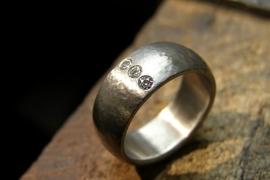 Titanium ring met hamerslag buitenzijde afwerking + 3 X 2.1 mm diamant