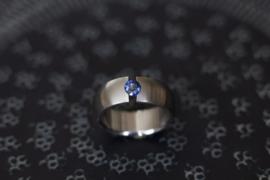 Titanium ring met blauwe saffier