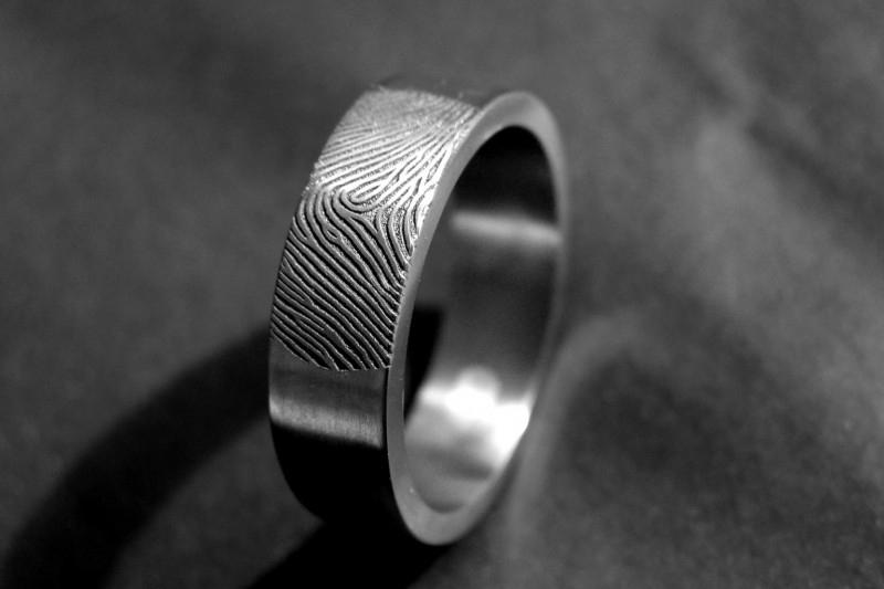Titanium vingerafdruk ring met zilveren cirkel