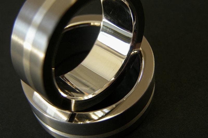 Titanium ring met zilveren band en zilveren binnenzijde