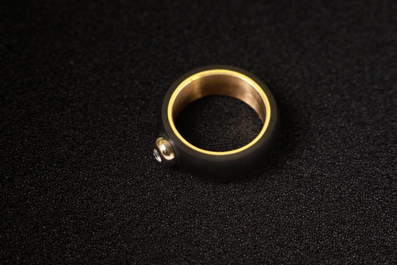 Carbon ring met gouden binnenzijde en diamant