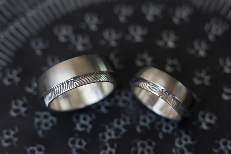Titanium vingerafdruk ringen met zilveren binnenzijde