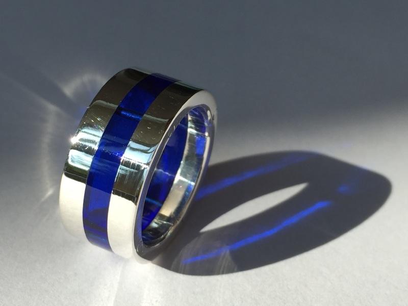 Zilveren ring met blauw plexiglas