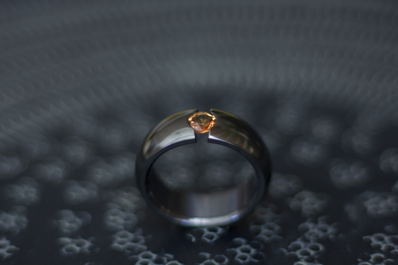 Zwarte zirkonium ring met orange saffier