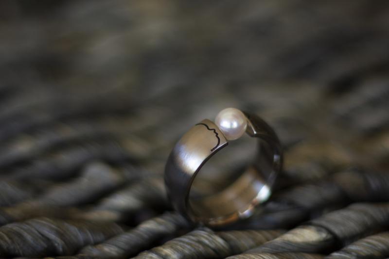 Titanium profiel ring met parel
