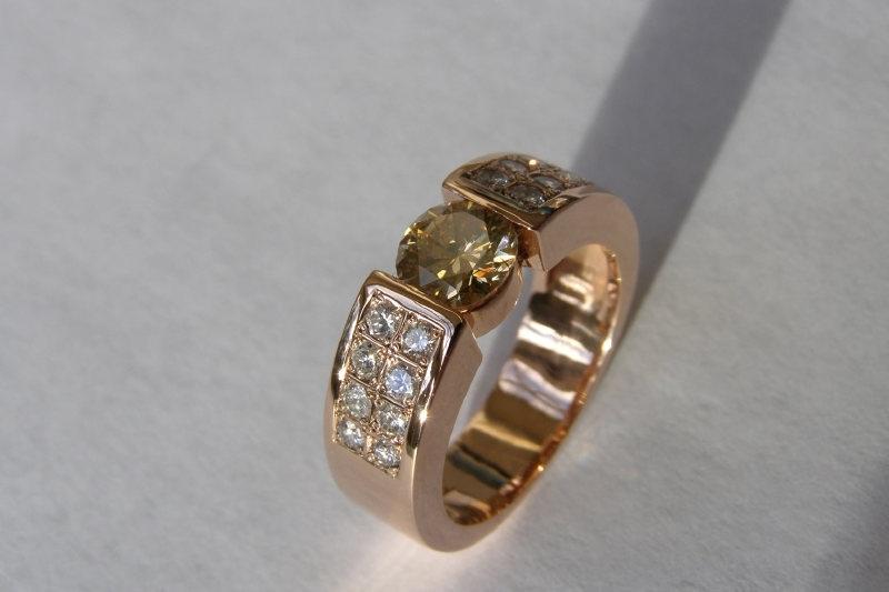 Roze gouden ring met champange kleurig diamant