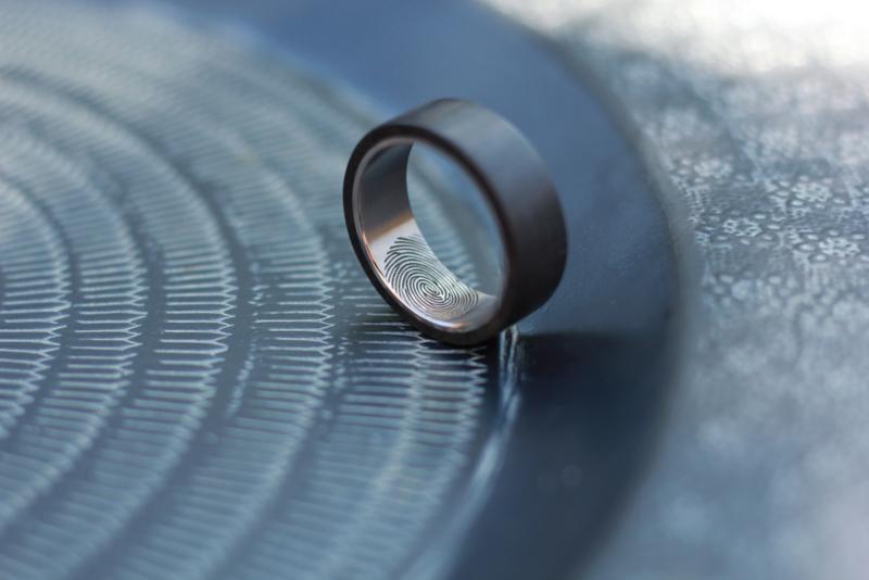 Carbon ring met Titanium binnenzijde en vingerafdruk