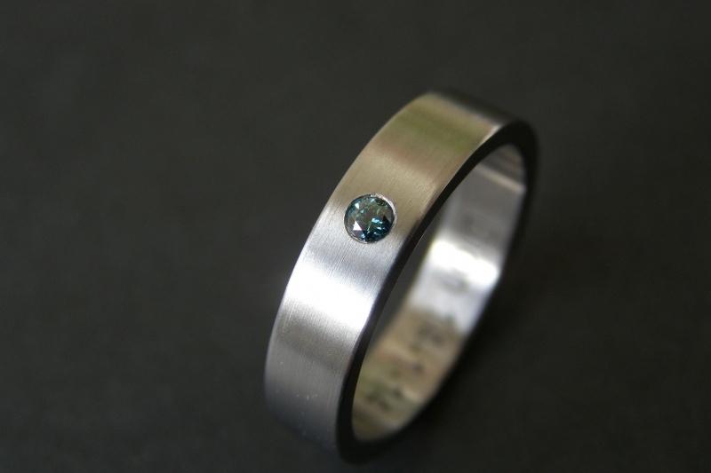 Titanium ring met blauwe diamant