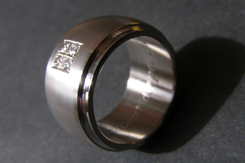 Titanium ring (licht bollend met rand) En 4 diamanten (pave zetting)
