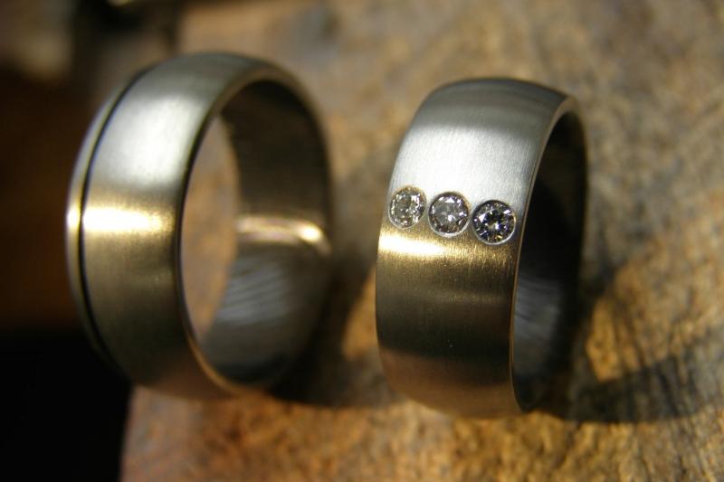 Zirkonium ringen met zwarte binnenzijde en blankmetaal buitenzijde