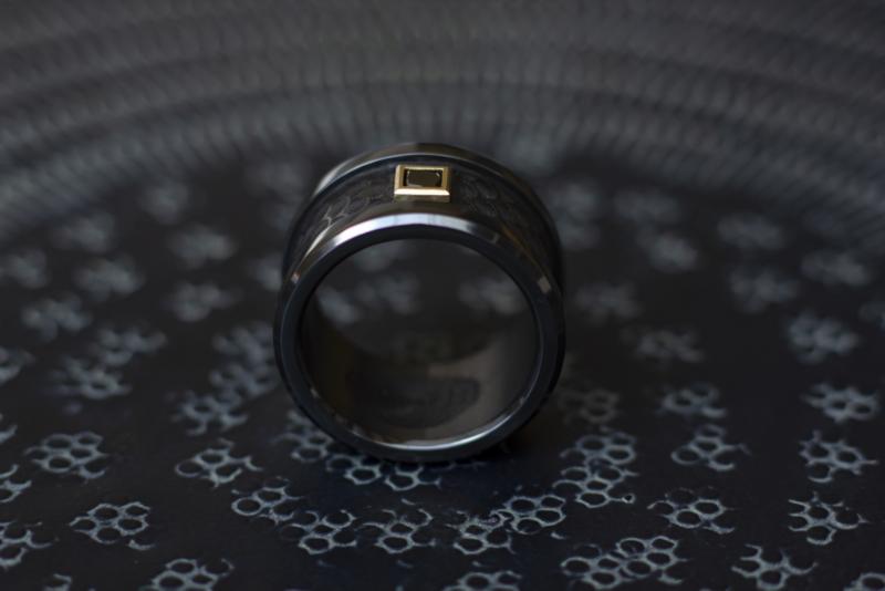 Zwarte zirkonium ring met Zwarte Carré diamant en gouden zetting.