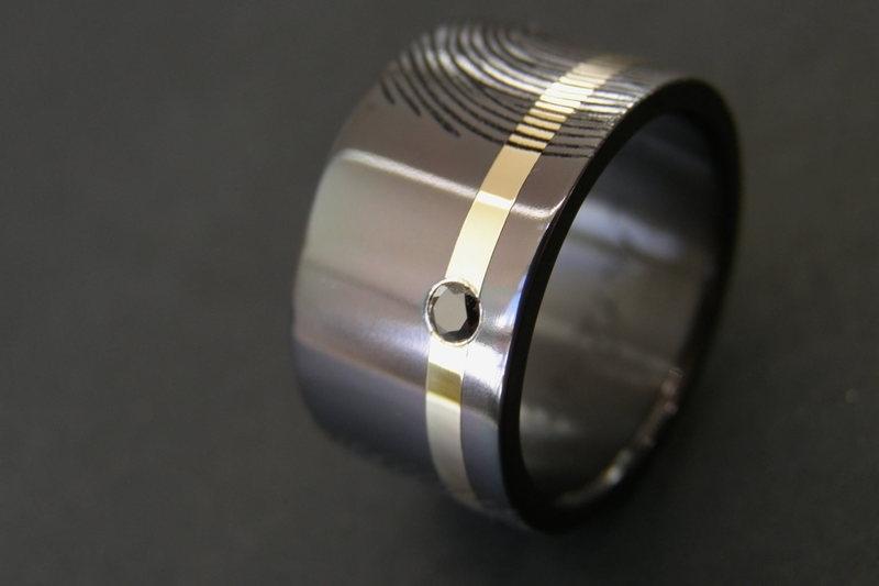 Zwarte zirkonium ringen met gouden band + 2 vingerafdrukken
