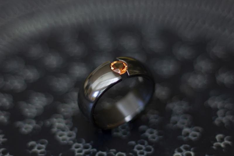 Zwarte zirkonium ring met orange saffier