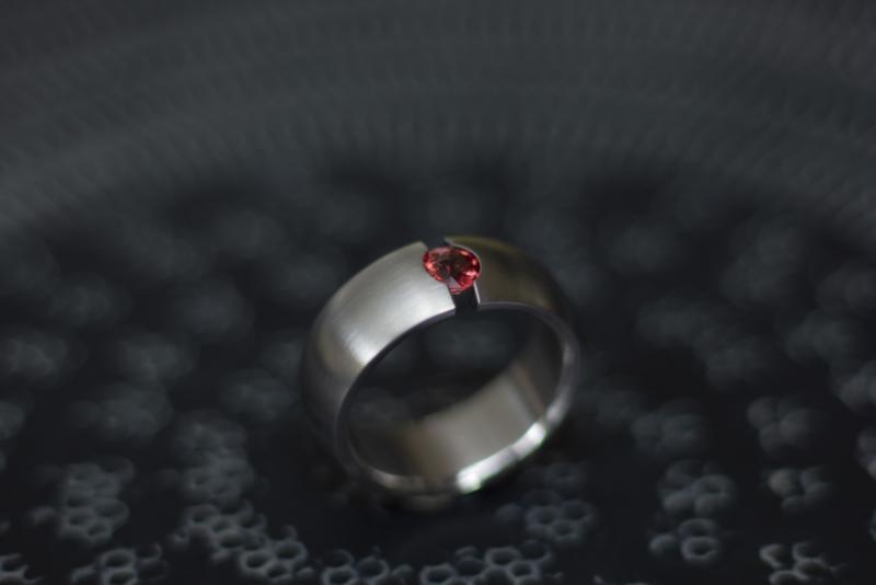 Titanium ring met rode saffier