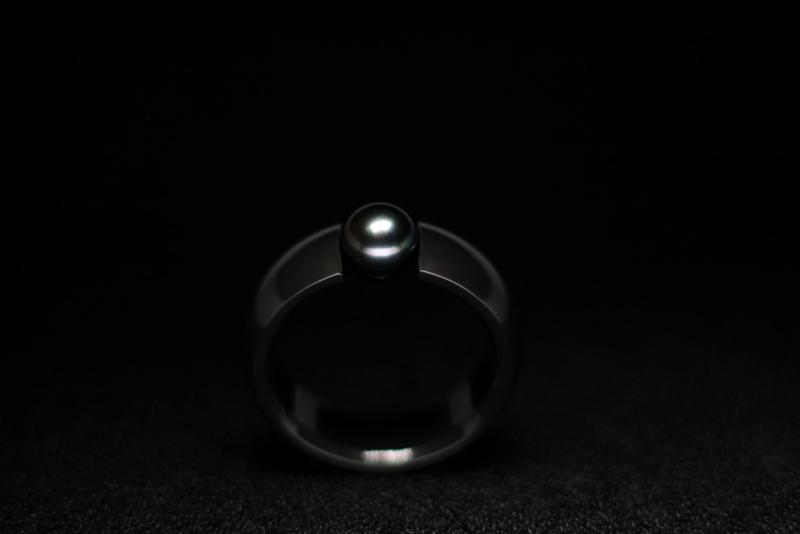 Zirkonium zwarte ring met Akoya parel 6mm licht grijs met groen