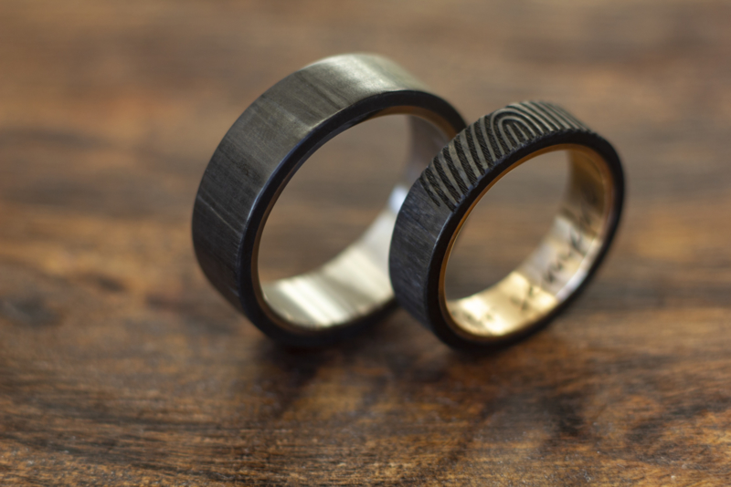 Carbon ringen met gouden binnenzijde