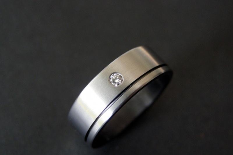 Titanium met witte diamant en freeslijn