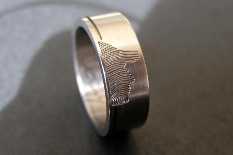 Titanium profiel ring met vingerafdruk profiel