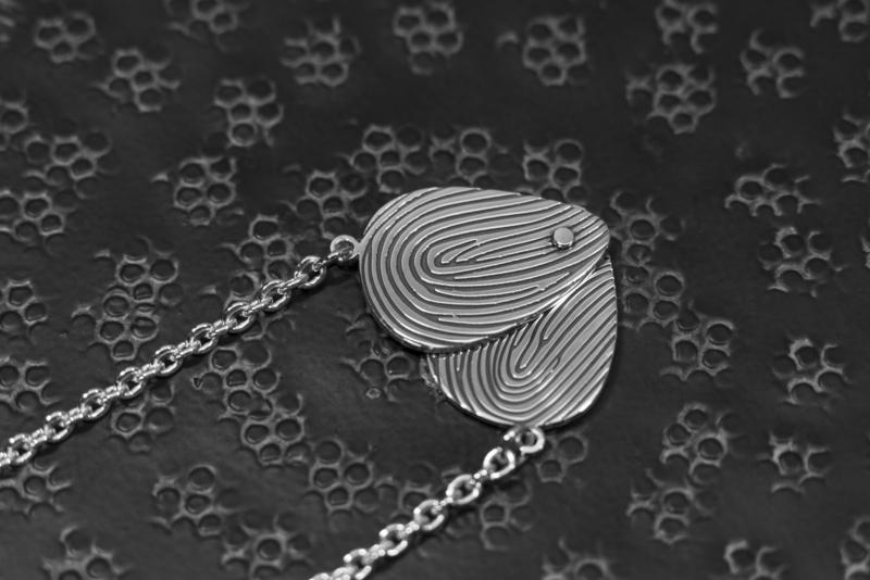Zilveren scharnier hanger met 2 vingerafdrukken.