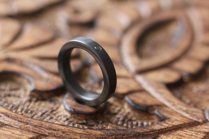 Smalle Zirkonium ring met zwarte diamant 2.1 mm