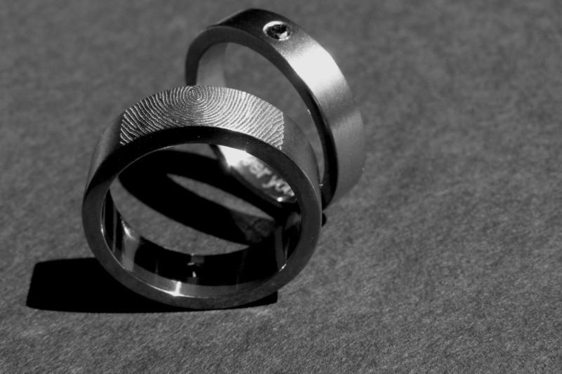 Titanium vingerafdruk ringen met zwarte diamant (Duo ring)