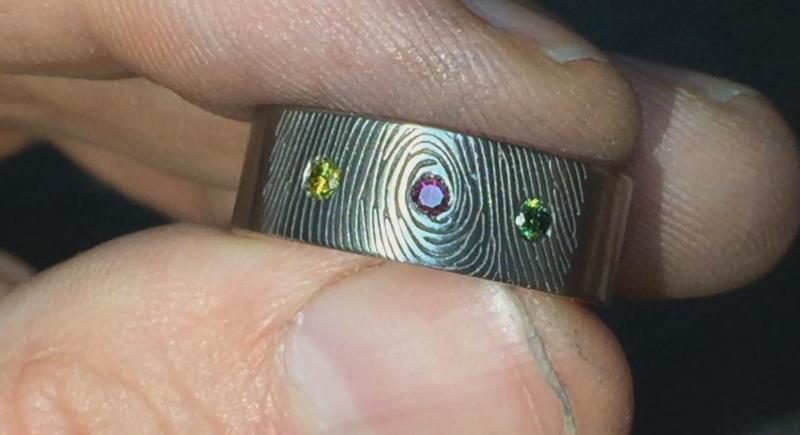 Titanium vingerafdruk ring met 3 gekleurde diamanten